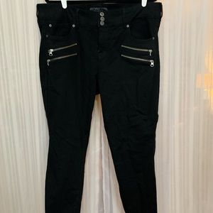 Black skinny jeans with zipper accent
